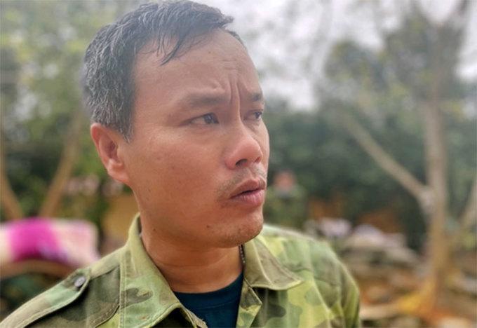 Anh Phạm Tấn An, nhân viên thông tin Đoàn kinh tế quốc phòng 337 kể lại vụ lở núi. Ảnh: Hùng Tiến