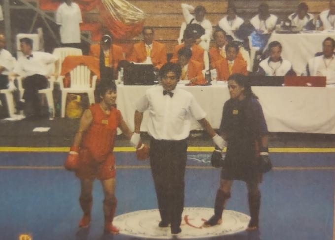 Ngô Thị Hà (áo đỏ) trong trận đấu với đối thủ người Hy Lạp ở giải vô địch tán thủ thế giới, năm 2003. Ảnh: NVCC.