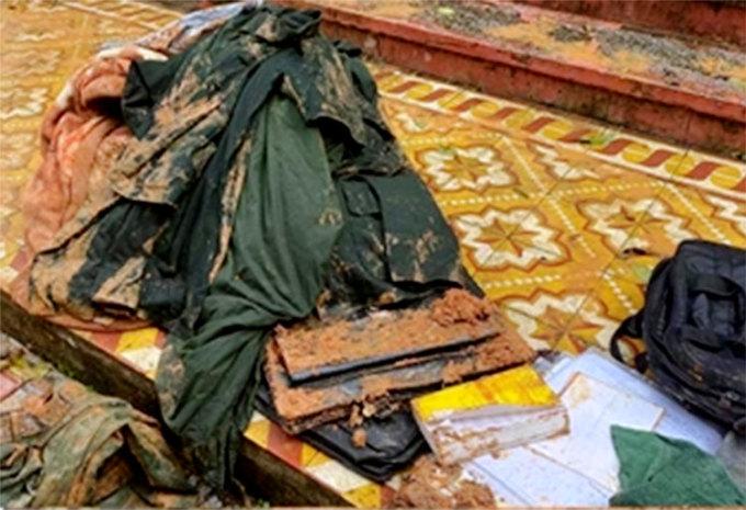 Tư trang của cán bộ chiến sĩ bị vùi lấp được đưa ra khỏi hiện trường. Ảnh: Hùng Tiến