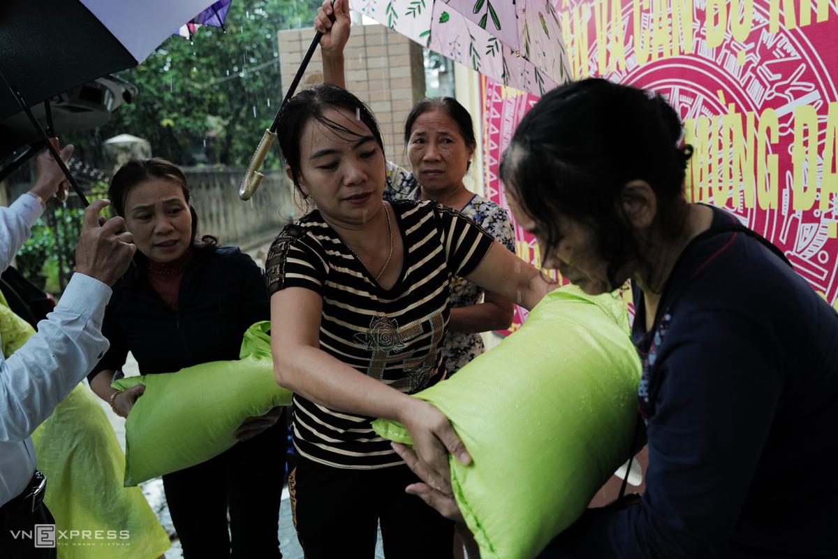 Phụ nữ nấu nghìn suất cơm tặng dân vùng lũ