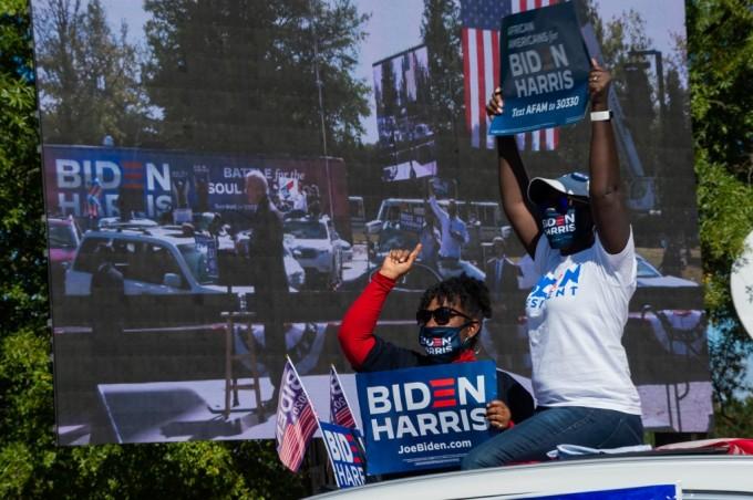 Những người ủng hộ ứng viên đảng Dân chủ Joe Biden tại cuộc vận động ở Durham, bang Bắc Carolina, Mỹ, hôm 18/10. Ảnh: AFP.