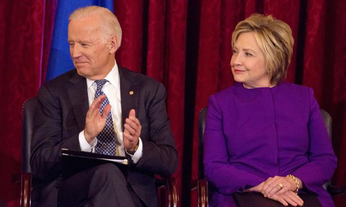 Ứng viên tổng thống đảng Dân chủ Joe Biden và cựu ngoại trưởng Mỹ Hillary Clinton tại một sự kiện ở thủ đô Washington hồi tháng 12/2016. Ảnh: Reuters.
