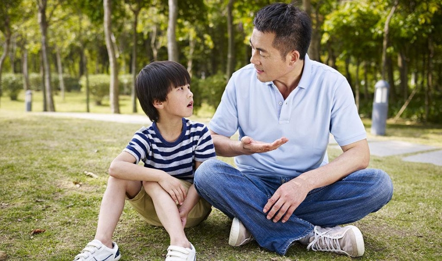 Tám cách giúp trẻ mở lòng với bố mẹ