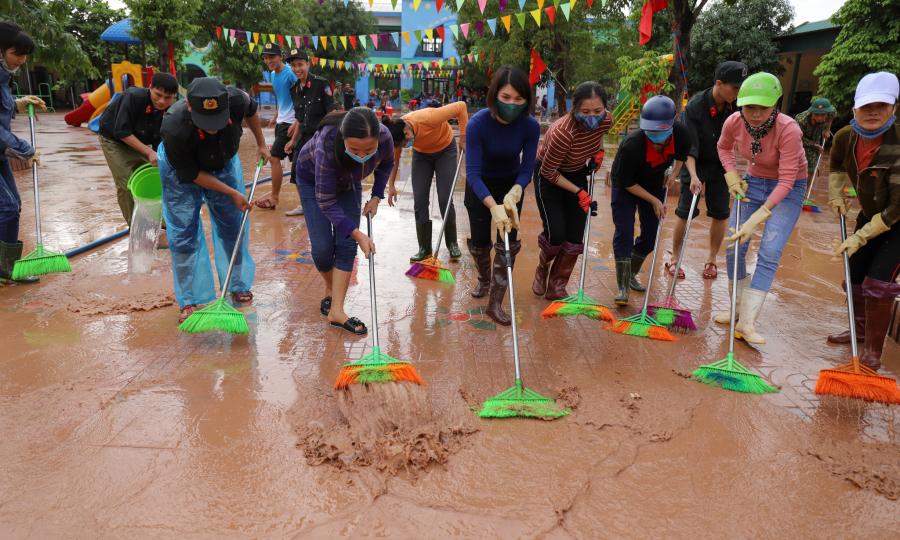 Bộ đội, giáo viên dọn dẹp trường học sau lũ