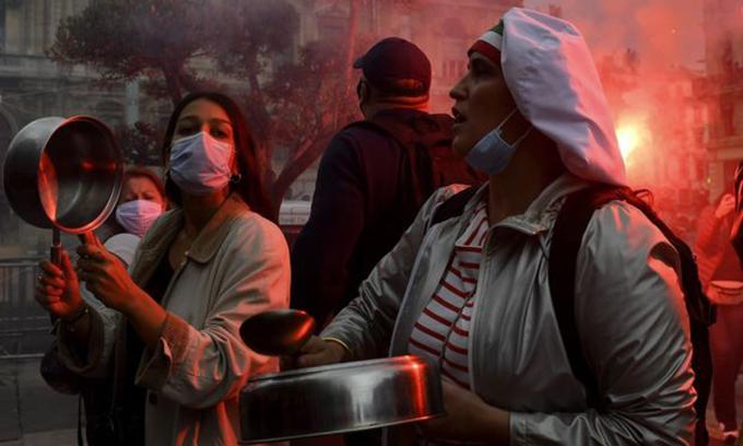 Chủ nhà hàng, quán bar biểu tình phản đối đóng cửa hai tuần ở Marseille, Pháp hôm 2/10. Ảnh: AFP.