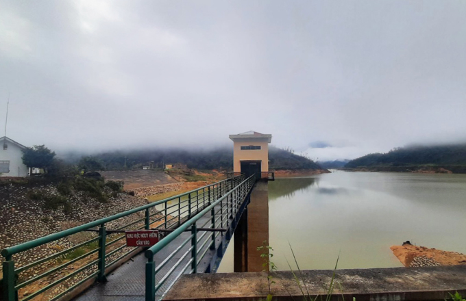 Một góc hồ chứa nước nhà máy thủy điện Ea Krong Rou, tại thị xã Ninh Hòa, hôm 17/10. Ảnh: Thái An.