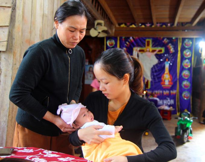 Chị Thảo (phải) và đứa con thứ hai vài tháng tuổi. Ảnh: Thu Hà.