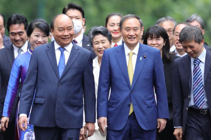 Thủ tướng Việt Nam Nguyễn Xuân Phúc, trái, và Thủ tướng Nhật Suga, trong cuộc gặp ngày 19/10 tại Hà Nội. Ảnh: Ngọc Thành.