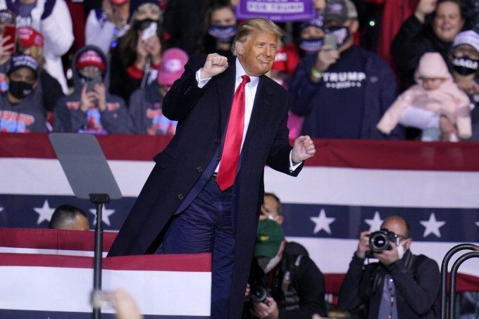 Tổng thống Trump nhảy theo bài YMCA khi khép lại cuộc vận động tranh cử ở Johnstown, Pennsylvania, hôm 13/10. Ảnh: AP.