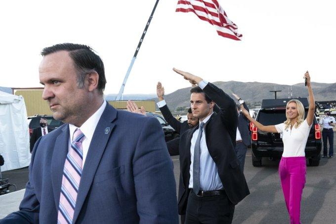 Các trợ lý của Trump nhảy theo Tổng thống tại cuộc vận động ở thành phố Carson, Nevada, hôm 18/10. Ảnh: AP.