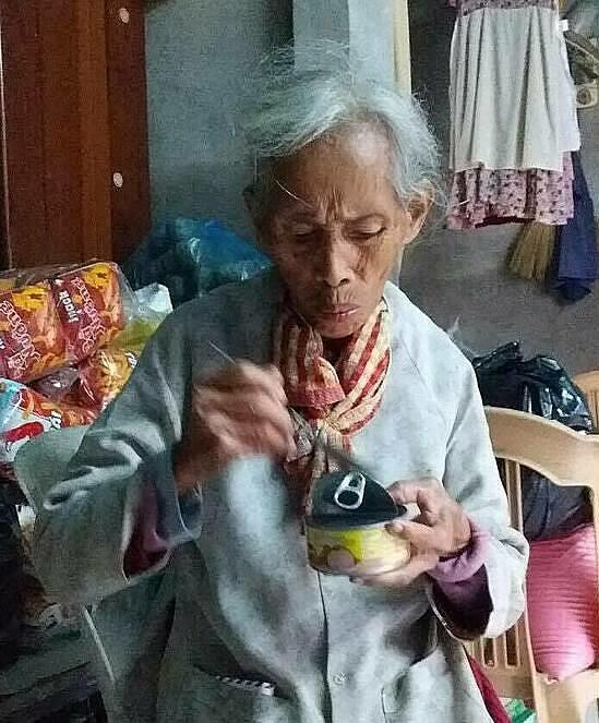 Cụ bà Phan Thị Tẹo, 85 tuổi, lần đầu biết đến thịt hộp. Ảnh: Phan Dương.