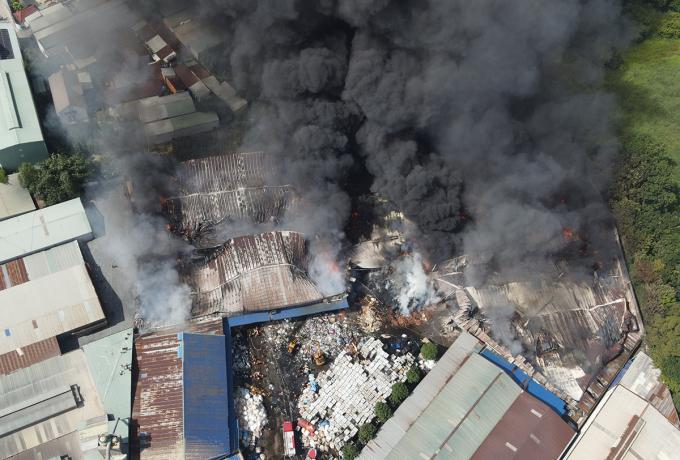 Bên trong khu xử lý môi trường có nhiều chất dễ cháy khiến ngọn lửa hầu như bao trùm gần 1.000 m2. Ảnh: Phước Tuấn