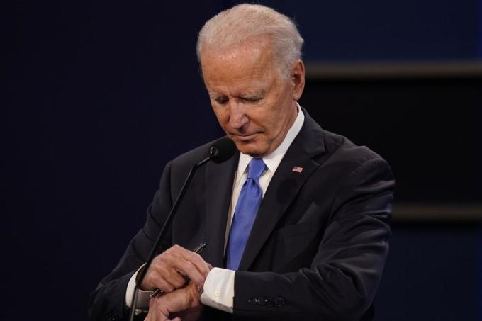 Biden xem đồng hồ trong cuộc tranh luận với Trump ở Tennessee ngày 22/10. Ảnh: AP.