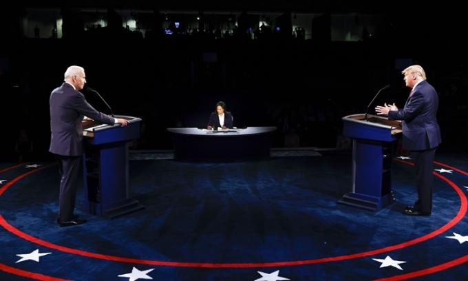 Tổng thống Mỹ Donald Trump (phải) và ứng viên tổng thống Dân chủ Joe Biden trong cuộc tranh luận cuối cùng ở Đại học Belmont, thành phố Nashville, bang Tennessee, hôm 22/10. Ảnh: AP.