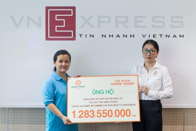 Bà Trần Thượng Thu Giang - Tập đoàn Hưng Thịnh trao tiền hỗ trợ đồng bào miền Trung cho bà Nguyễn Thị Hải - VnExpress.