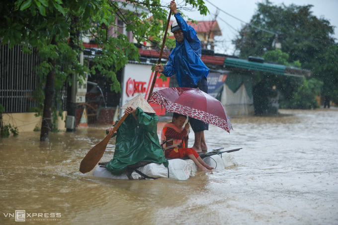 Người dân làm bè tạm đi chuyển về nơi tránh lũ an toàn tại thị trấn Kiến Giang, huyện Lệ Thủy, tỉnh Quảng Bình, ngày 20/10. Ảnh: Hữu Khoa