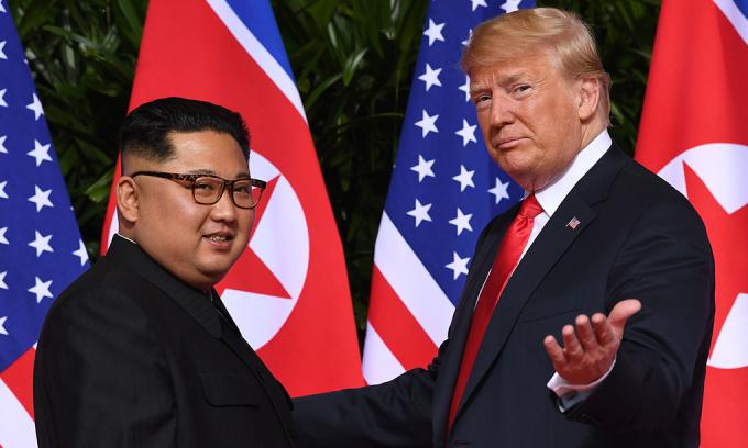 Tổng thống Donald Trump (phải) và Chủ tịch Kim Jong-un tại hội nghị thượng đỉnh ở Singapore, hồi tháng 6/2018. Ảnh:AFP.