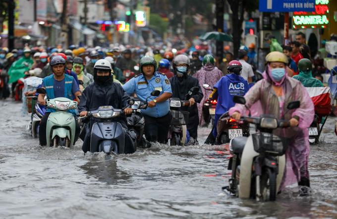 Cơn mưa lớn chiều 24/9 khiến xe chết máy, người dân phải dắt bộ. Ảnh: Quỳnh Trần.