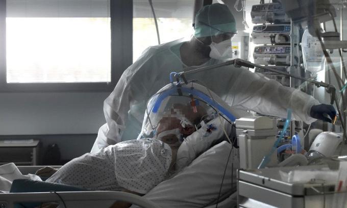 Nhân viên y tế chăm sóc bệnh nhân Covid-19 tại bệnh viện ở Strasboug, Pháp, hôm 22/10. Ảnh: AFP.