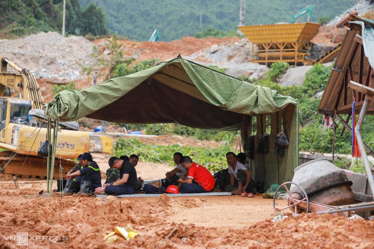 Một ngày của đội cứu hộ công nhân mất tích