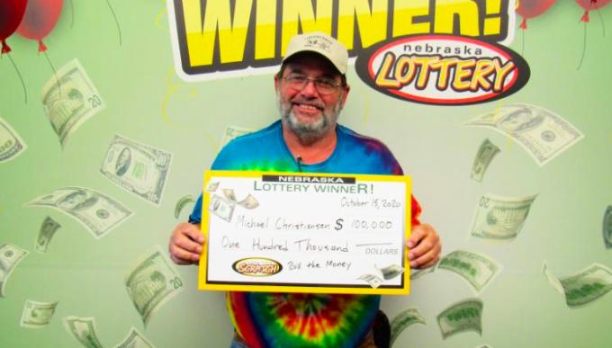 Ông Christiansen nhận thưởng 100.000 USD hôm 15/10 tại cơ quan xổ số Nebraska ở thành phố Lincoln. Ảnh: Nebraska Lottery.