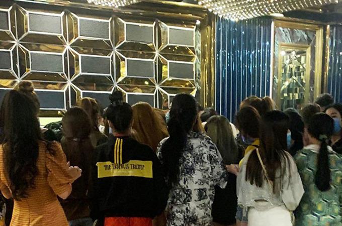 Gần 100 nam nữ dương tính với ma tuý khi cảnh sát kiểm tra quán karaoke rạng sáng 24/10. Ảnh: Công an cung cấp.
