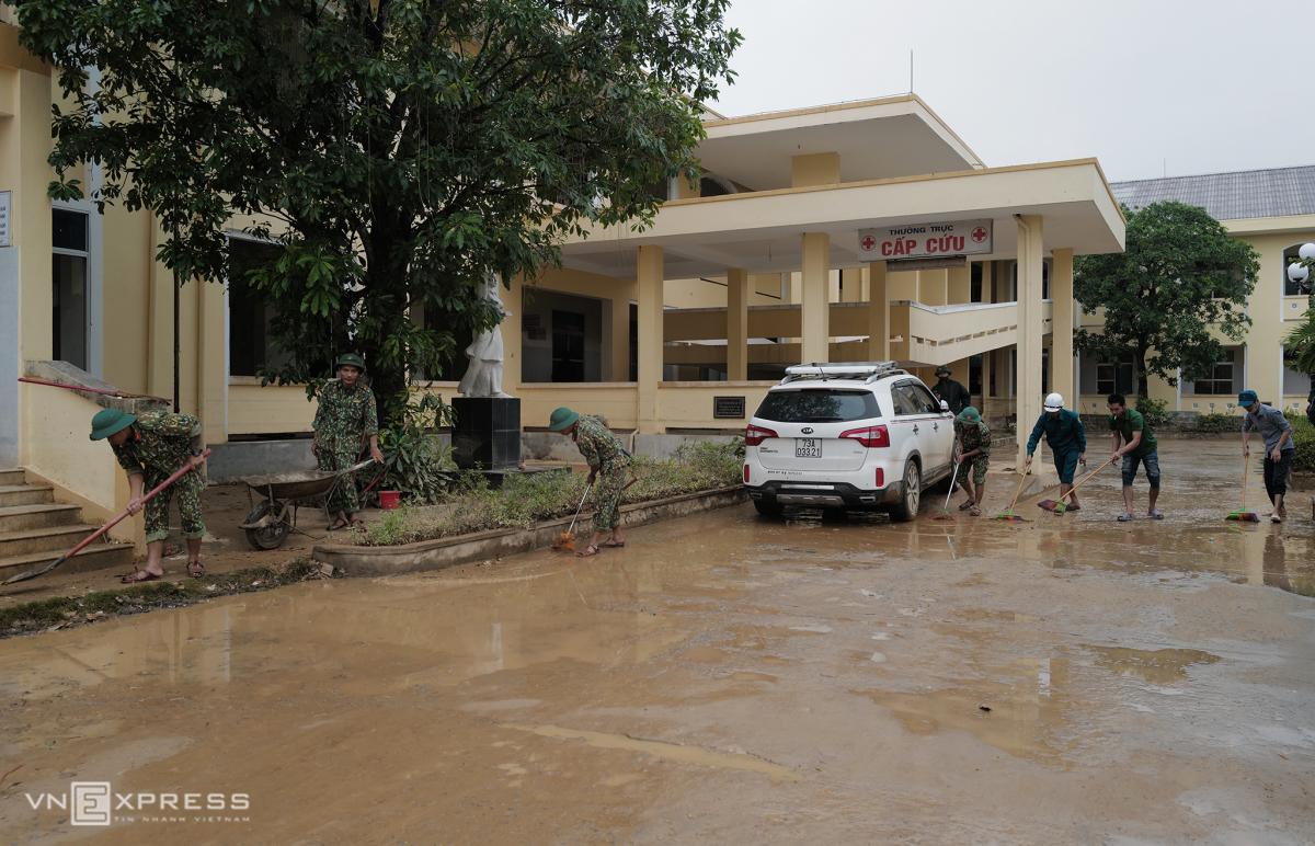 Bộ đội giúp dân khắc phục hậu quả sau lũ