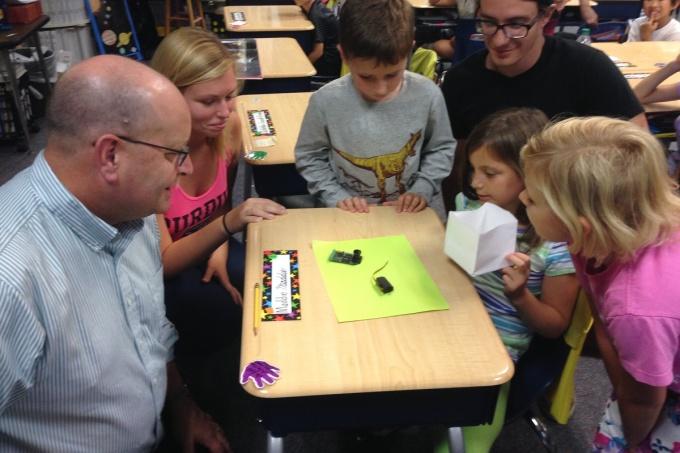 Năm 2015, giáo sư Steven Collicott (bên trái) và các sinh viên của mình đang hướng dẫn các em học sinh lớp 2 của cô Maggie Samudio thiết kế thí nghiệm Phát sáng không trọng lực. Nguồn ảnh: Maggie Samudio