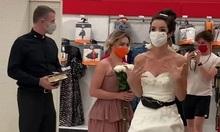 Mặc váy cưới, cô gái đến chỗ làm ép bạn trai kết hôn
