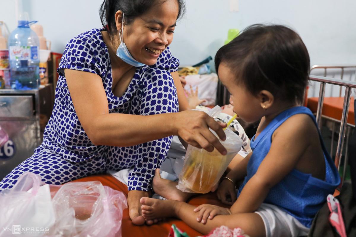 Trẻ mắc tay chân miệng nằm tràn hành lang bệnh viện