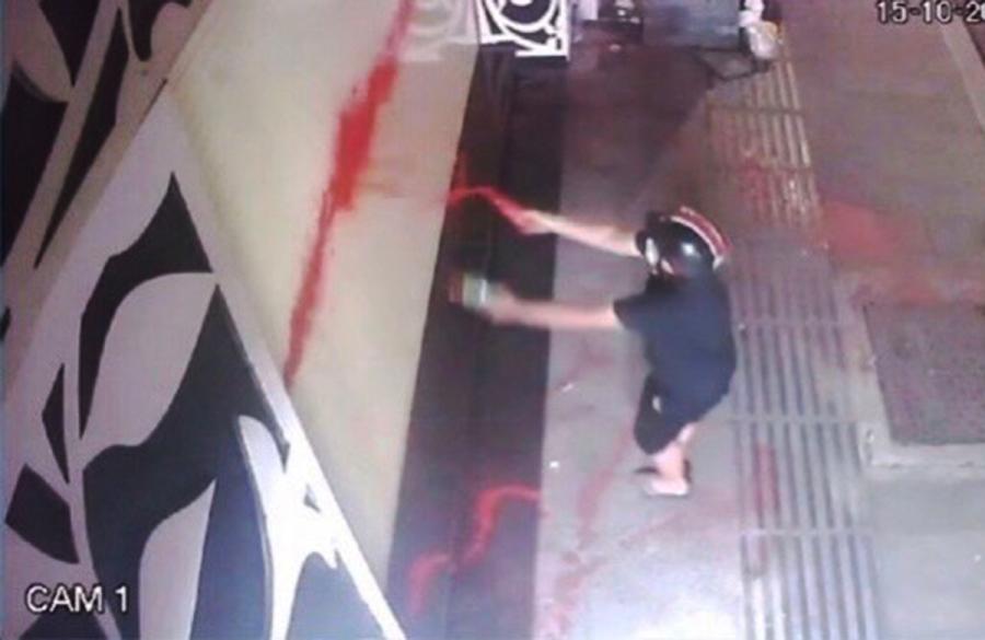 Người ở nhờ vay nợ, gia chủ bị tạt sơn khắp nhà