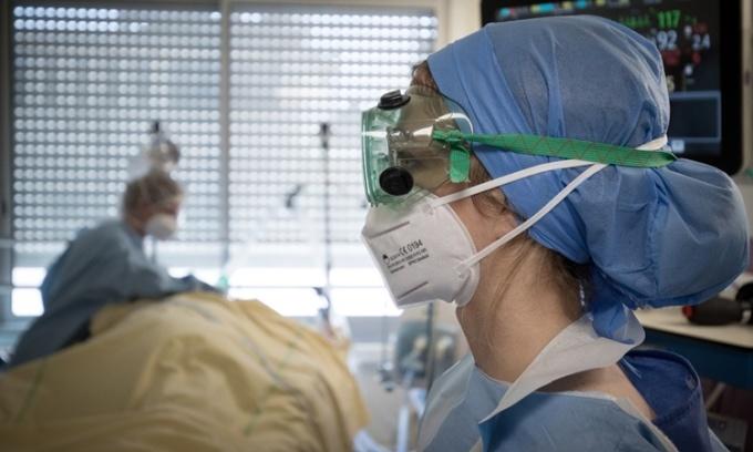 Nhân viên y tế tại phòng chăm sóc đặc biệt dành cho bệnh nhân Covid-19 tại bệnh viện Lariboisiere ở thủ đô Paris, Pháp. Ảnh: AFP.