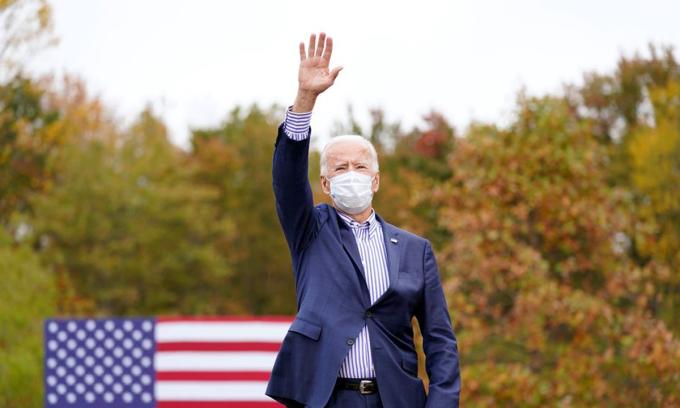 Ứng viên Dân chủ Joe Biden vẫy tay với người ủng hộ ở Bristol, bang Pennsylvania hôm 24/10. Ảnh: AP.