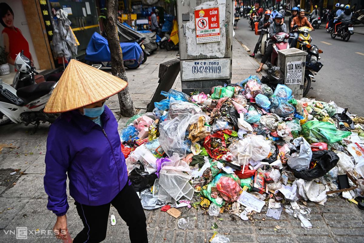 Phố Hà Nội ngập rác thải