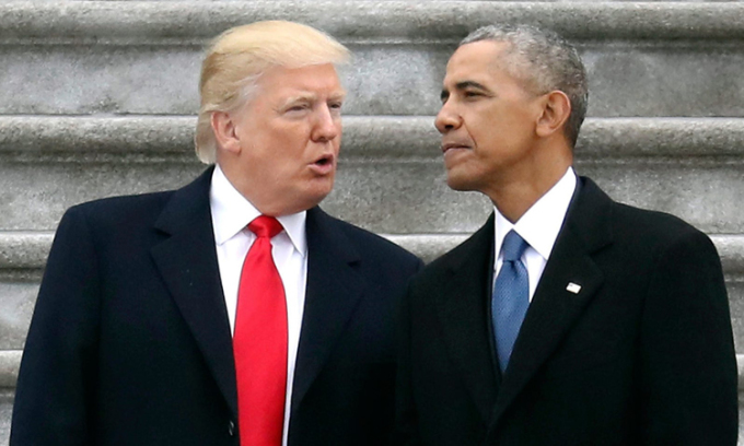 Tổng thống Donald Trump (trái) và cựu tổng thống Barack Obama tại Đồi Capitol ở Washington hồi tháng 1/2017. Ảnh: AP.