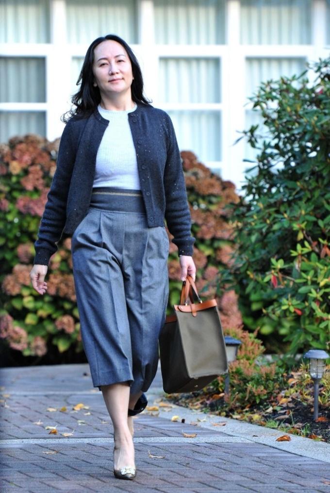 Mạnh Vãn Chu rời nhà riêng ở Vancouver để tới trình diện tại Tòa án Tối cao British Columbia, Canada, hôm 26/10. Ảnh: AFP.