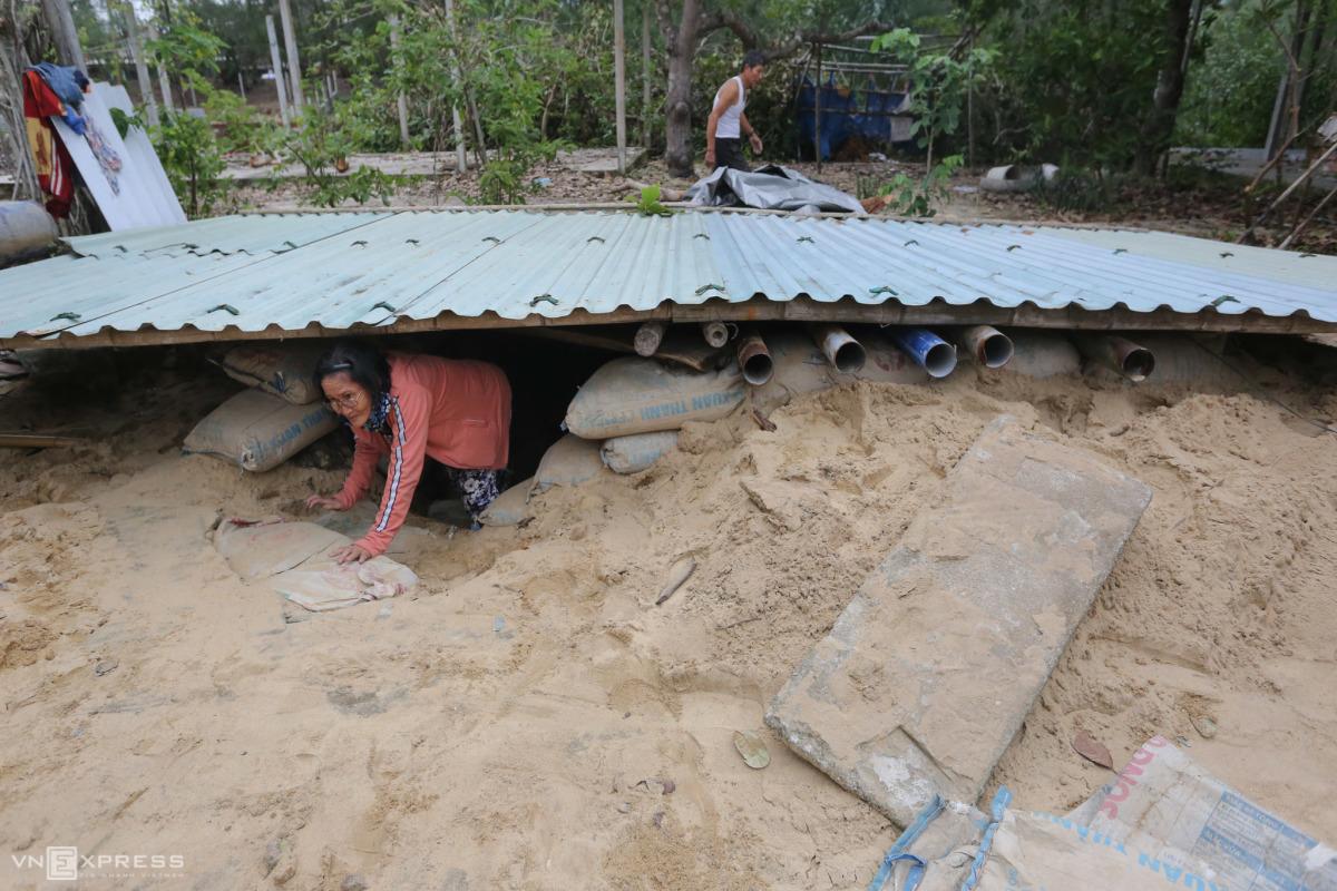 Gia đình ở Quảng Nam đào hầm tránh bão Molave