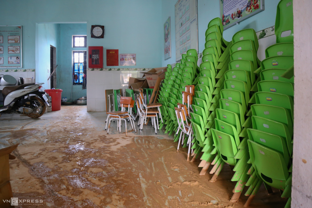 Trường học ngập bùn sau lũ quét