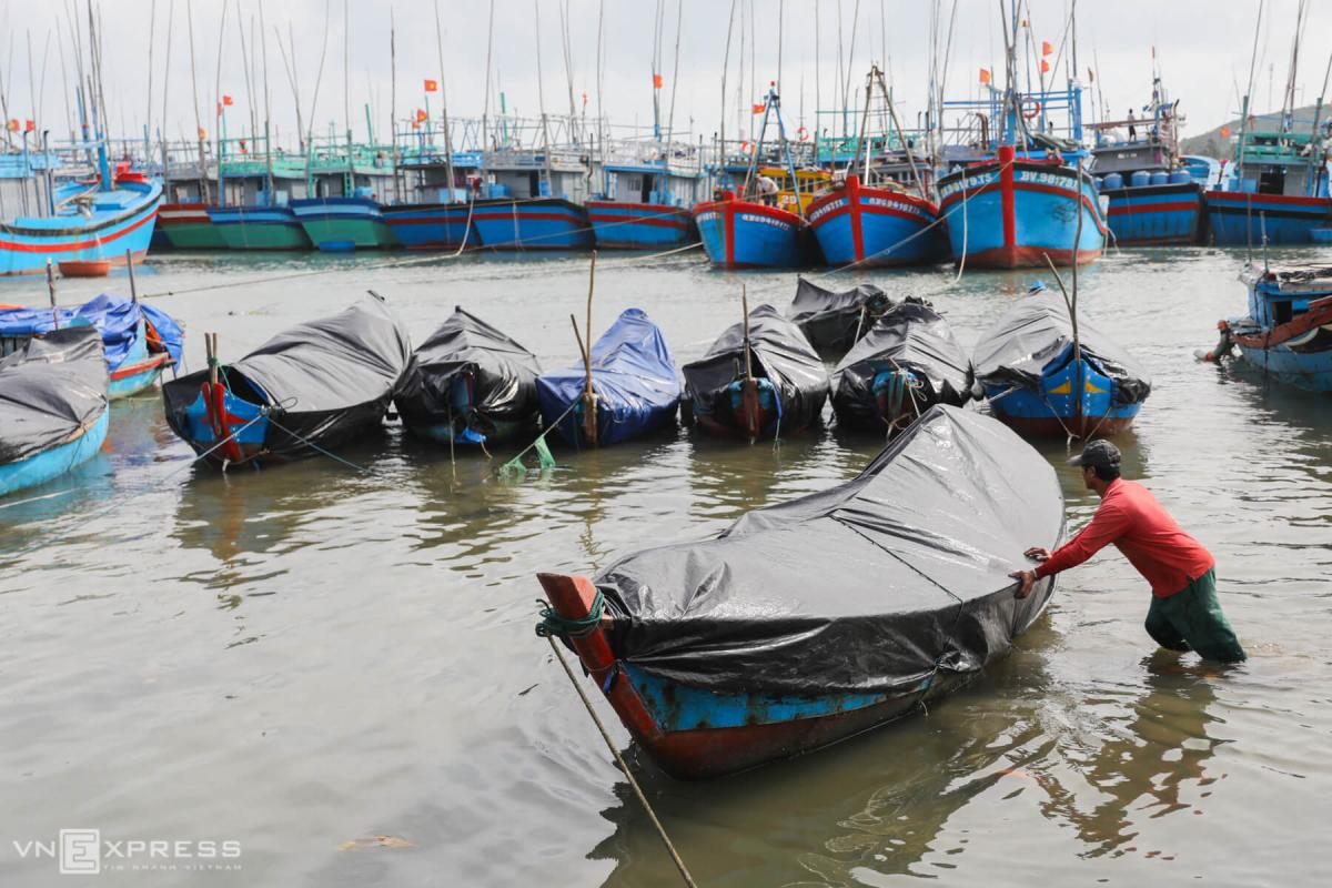 Cẩu thuyền lên bờ tránh bão Molave