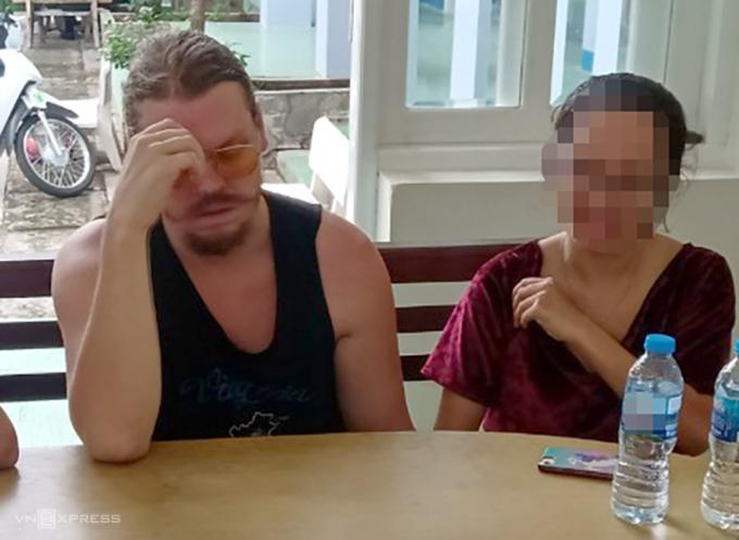 Khi làm việc với cảnh sát Việt Nam hôm 22/10, Hammett Andrew giả vờ ngất để trốn tránh việc bị bắt. Ảnh: Công an cung cấp
