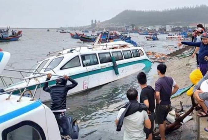 Nhiều ca nô ở cầu cảng Lý Sơn bị sóng đánh hư hỏng. Ảnh: Chí Tâm.