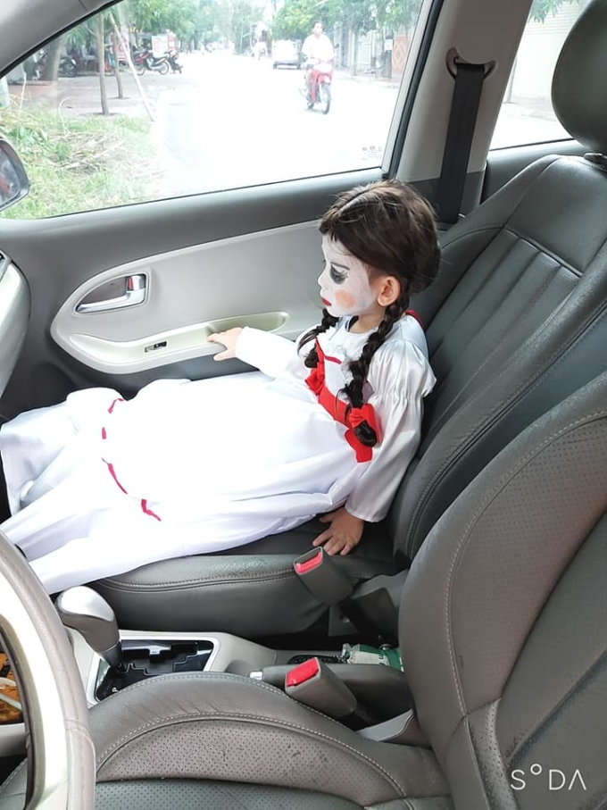 Ra xe chở nó lên trường nhìn thấy nó ngồi thù lù mà tôi cười như điên.