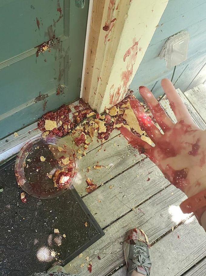 Mẹ tôi bảo thèm bánh táo và tôi đã làm rớt chiếc bánh ngay trước cửa nhà bà.