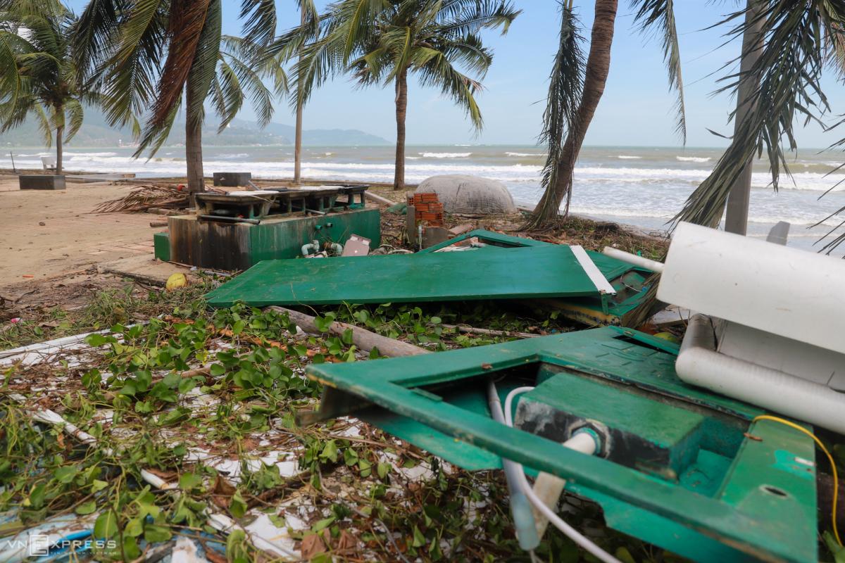 Bờ biển Đà Nẵng tan hoang sau bão