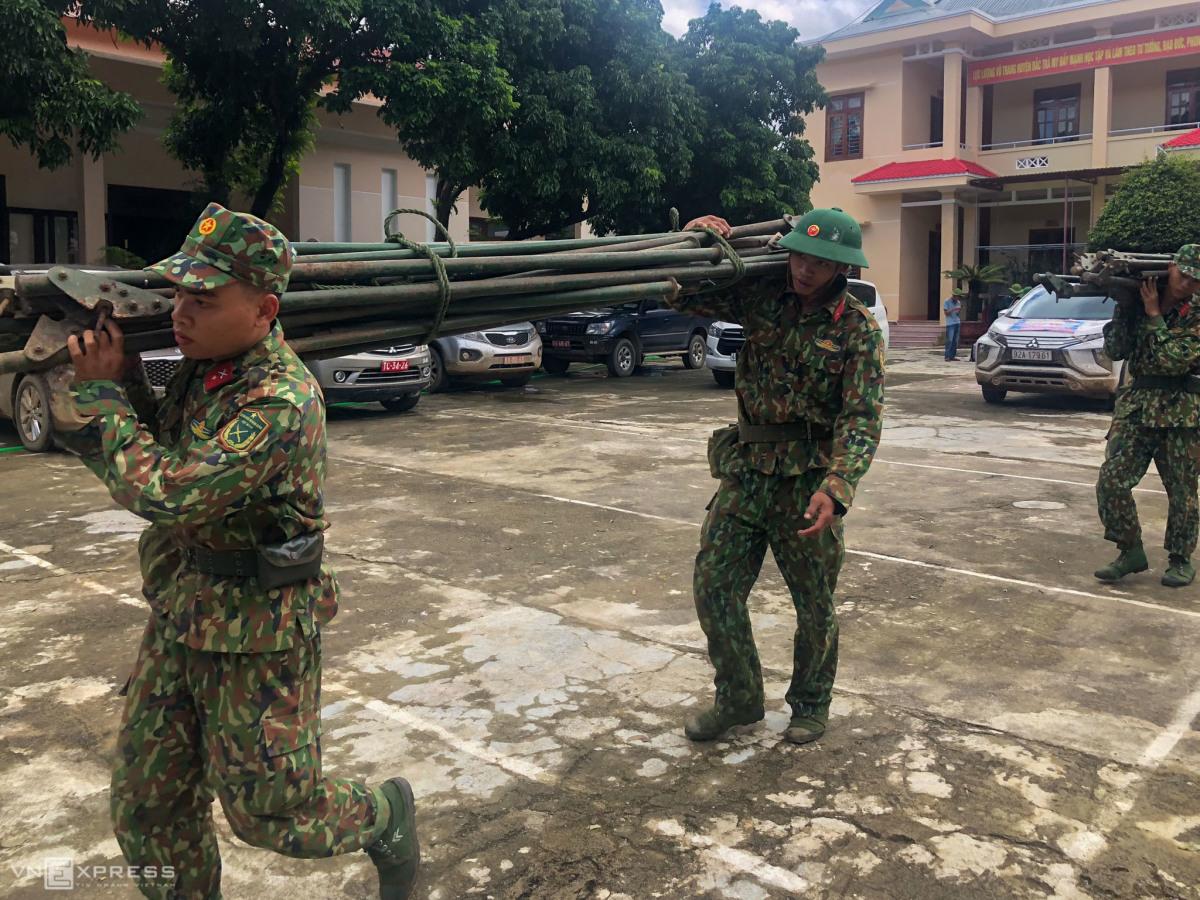 Lính công binh chi viện vào hiện trường vụ 45 người bị vùi lấp