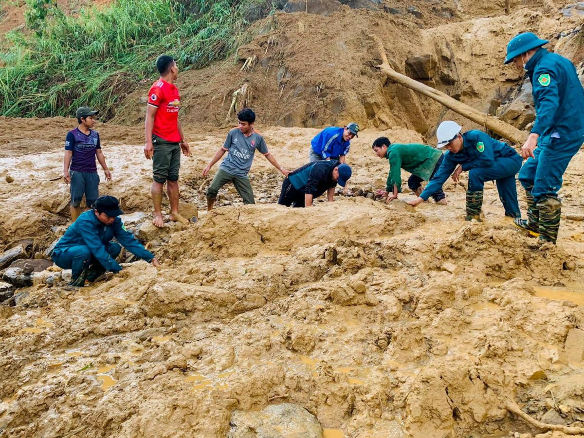 Bùn đất vùi lấp khu dân cư ở Phước Sơn