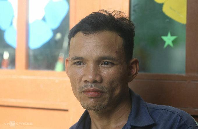 Ông Nguyễn Thành Sơn mất vợ trong vụ lở núi, chiều 28/10. Ảnh: Đắc Thành