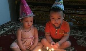 Hai bé sững sờ trước chiếc bánh sinh nhật mẹ làm