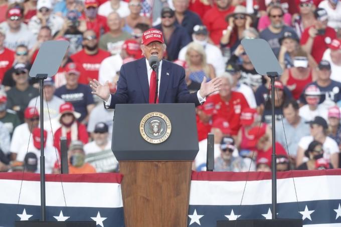 Tổng thống Mỹ Donald Trump vận động tranh cử bên ngoài sân vận động Raymond James ở thành phố Tampa, bang Florida, hôm 29/10. Ảnh: AFP.