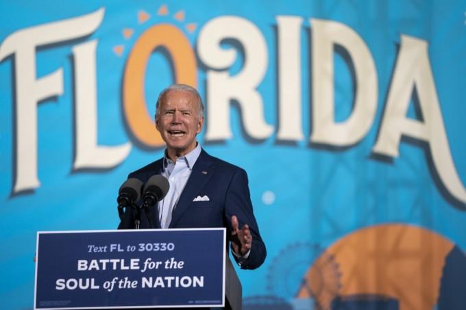 Ứng viên đảng Dân chủ Joe Biden vận động tranh cử tại Sân Hội chợ bang Florida ở thành phố Tampa, bang Florida, hôm 29/10. Ảnh: AFP.